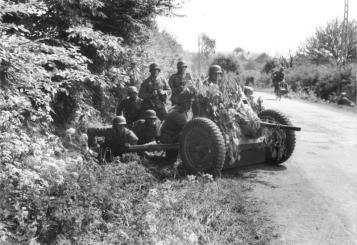 Im Westen, deutsche Soldaten mit getarnter Pak