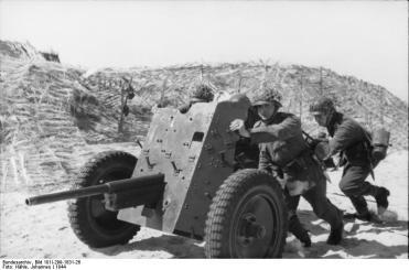 Nordfrankreich, Soldaten mit Geschütz
